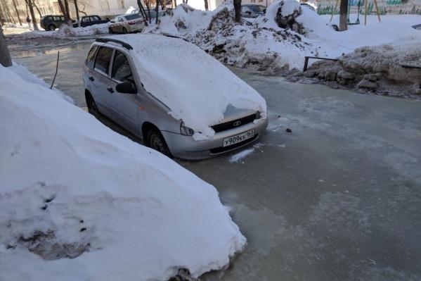 Машины сковал лед
