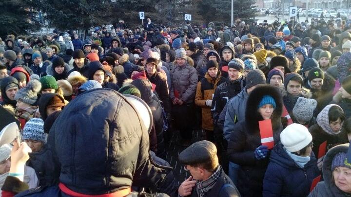 Сотни тюменцев собрались у администрации, чтобы поддержать Алексея Навального