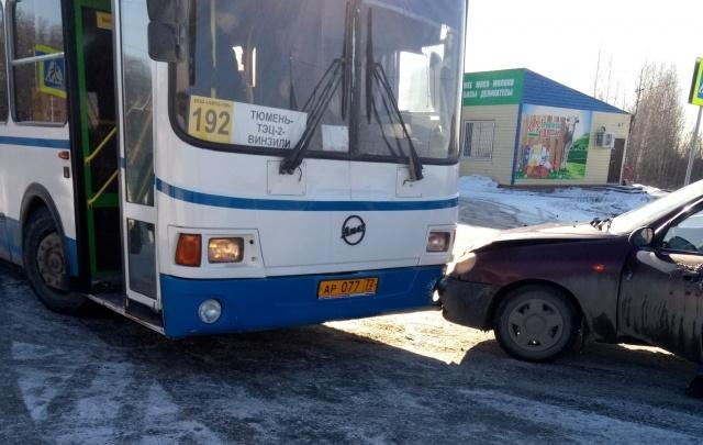 Под Тюменью в пассажирский автобус врезалась легковушка