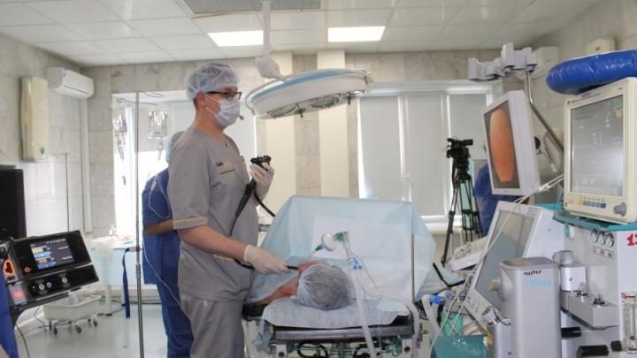 Челябинские онкологи удалили без разрезов предраковые образования в желудке и кишечнике