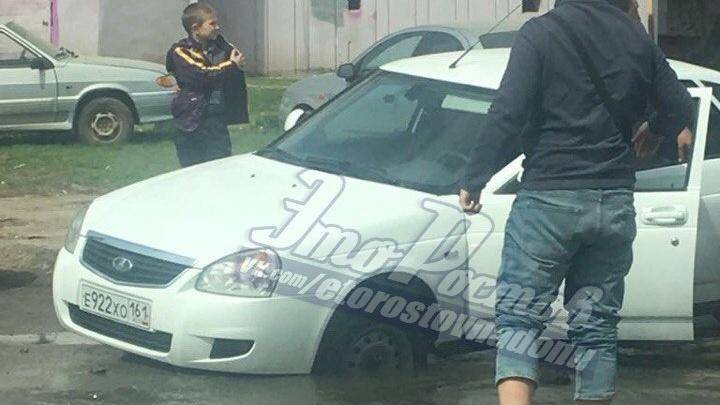 В Ростове Lada провалилась под асфальт из-за прорыва водопровода