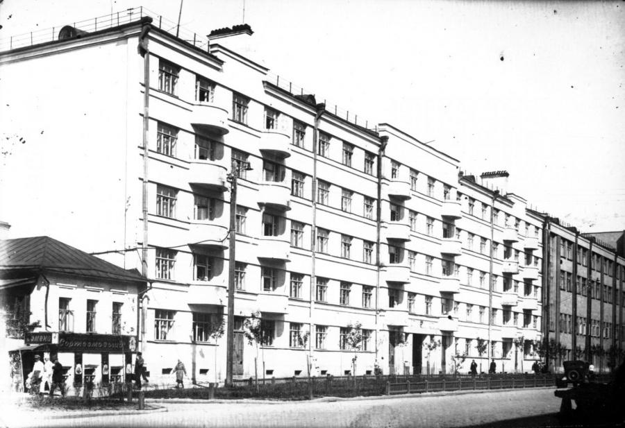 Это он же, только много лет назад, но и тогда его можно было узнать по интересной форме балконов.