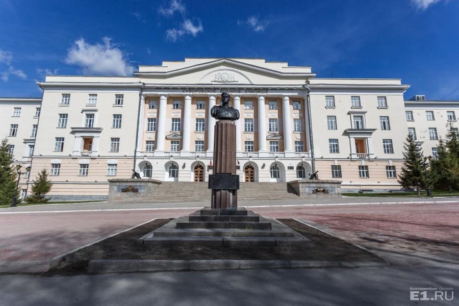 Перед военным училищем стоит бюст лётчика Михаила Одинцова.