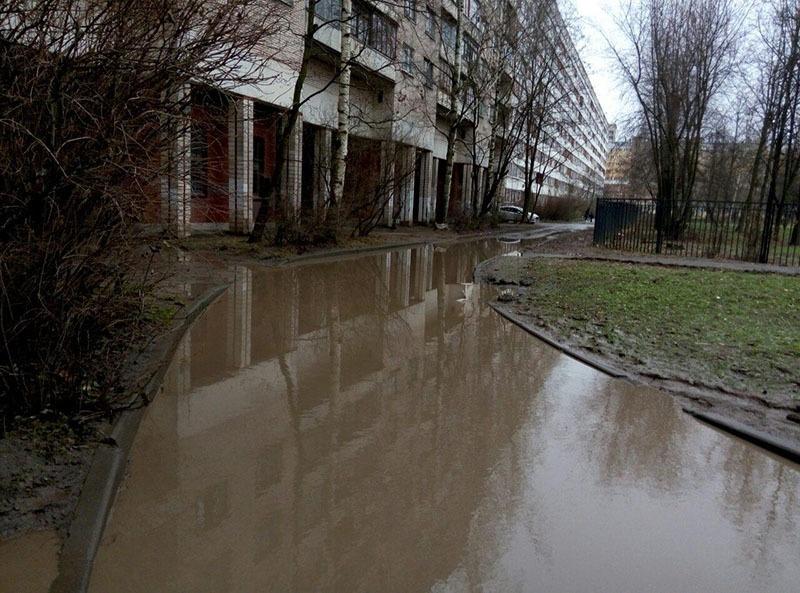 Огромная лужа у дома 4 по улице Тамбасова