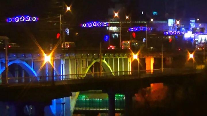 В Волгограде сняли на видео ночное волшебство на Астраханском мосту