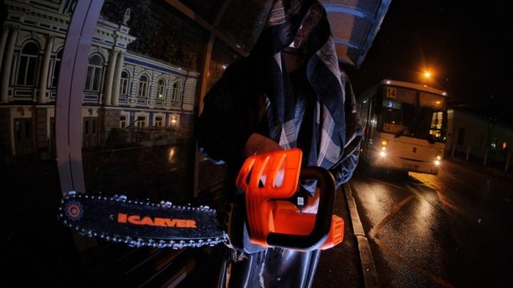 «Призрак ТЮЗа взялся за электропилу»: пермяки устроили фотосессию у новой остановки, возмутившей горожан