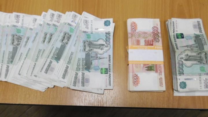 Таджик пытался незаконно вывезти из Челябинска 12 тысяч долларов