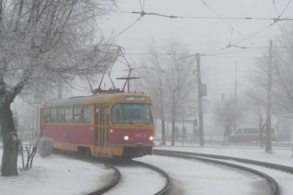 Трамваи чувствовали себя в промозглом тумане вполне комфортно, чего не сказать о людях