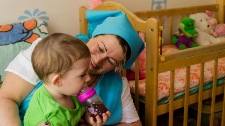 «Нельзя привязываться к детям, но не запрещено их любить»: один день из жизни няни для отказников