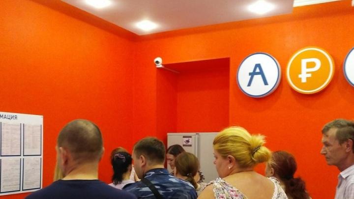 Десятки ростовчан стояли в очереди ради покупки транспортной карты