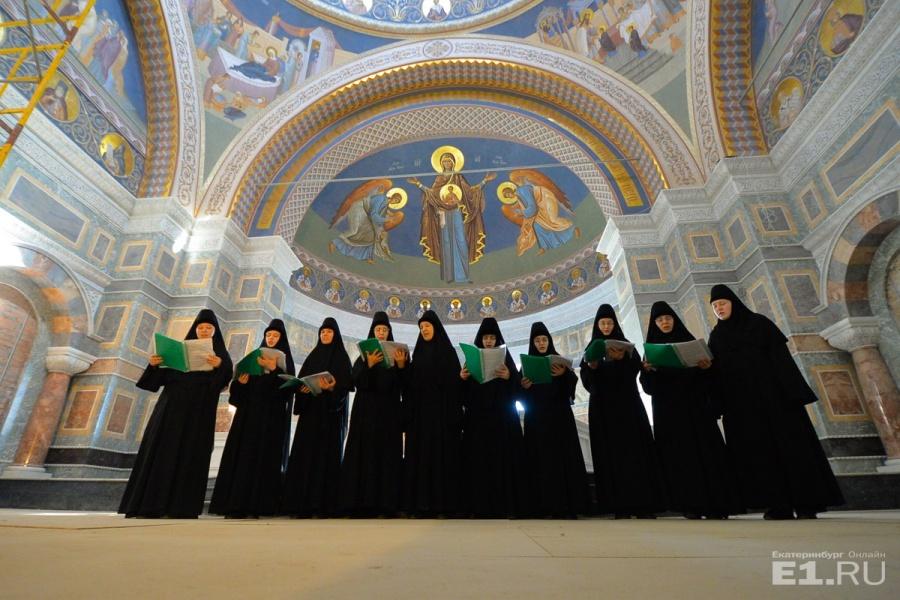 """Сёстры согласились протестировать акустику храма и исполнили в 10 голосов """"Христос Воскресе""""."""