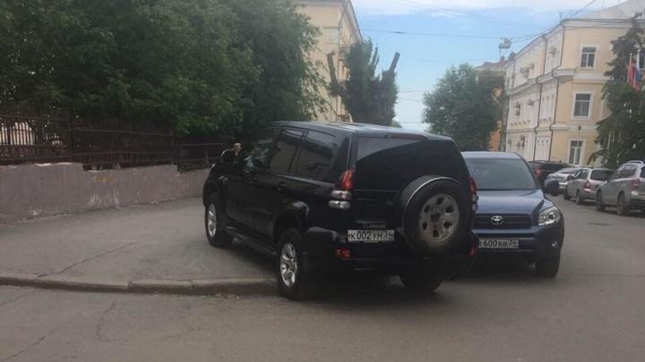 «Я паркуюсь, как...:» тротуар на Володарского и парковки во дворах