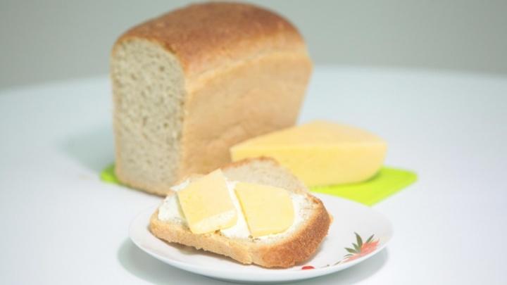 Россиянам порекомендовали есть меньше хлеба, колбасы и сыров