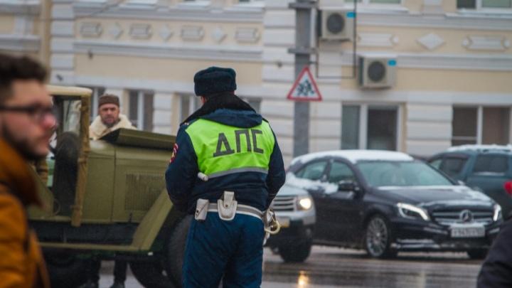 В Ростове после тройного ДТП легковушка врезалась в остановку: есть раненый