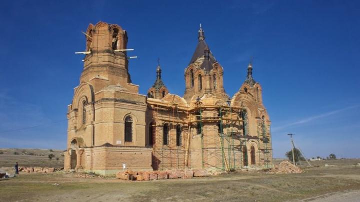 Под Волгоградом на отравленной химикатами земле восстанавливают старинный храм