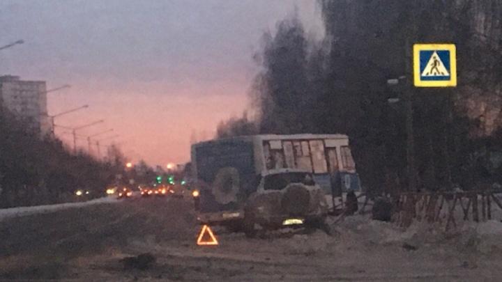 В Ярославле на проспекте Фрунзе маршрутка снесла ограждение