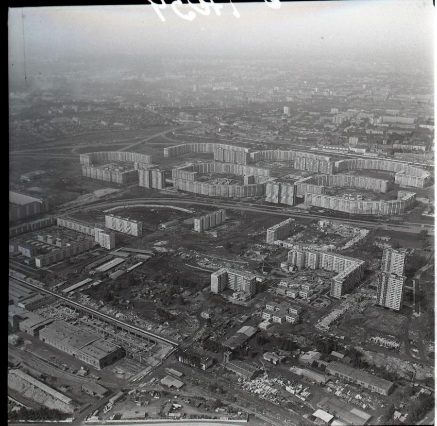 В этом районе Свердловска впервые стали строить длиннющие многоэтажки. В народе такие дома прозвали «пентагонами».