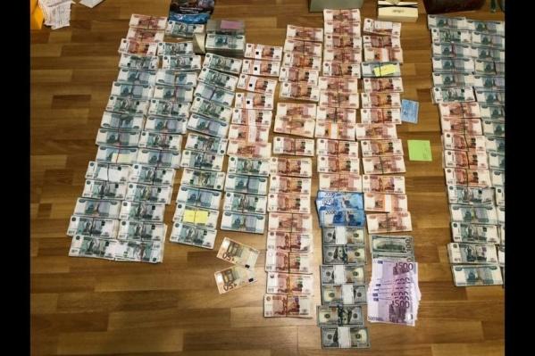 80 миллионов рублей  — разной валютой