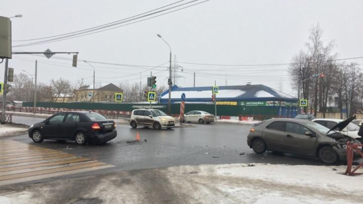 На Мышкинском проезде столкнувшиеся иномарки перегородили движение