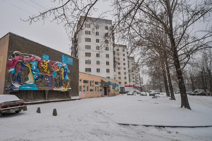 На детском центре есть барельеф, недавно его зачем-то раскрасили. За ним идёт гряда высоток. В советское время их называли городком турбинщиков
