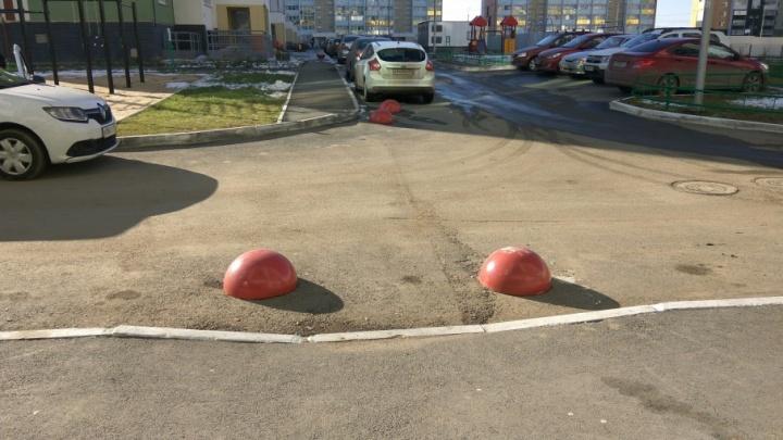 Автомобилисты vs мамы с колясками: ограничители парковки рассорили жильцов двора в Челябинске
