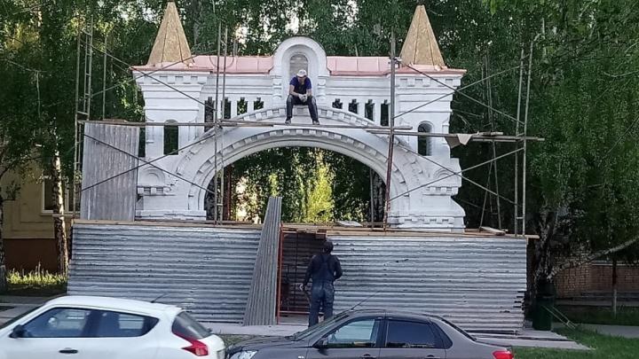 Монастырские ворота на Осипенко покрасили в белый цвет