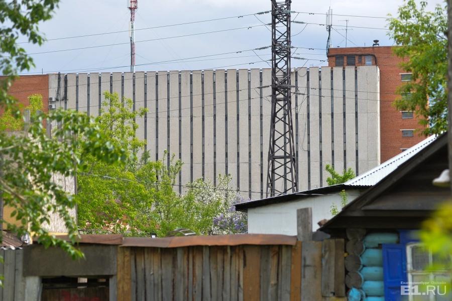 За старенькими домами виднеется телефонная станция.