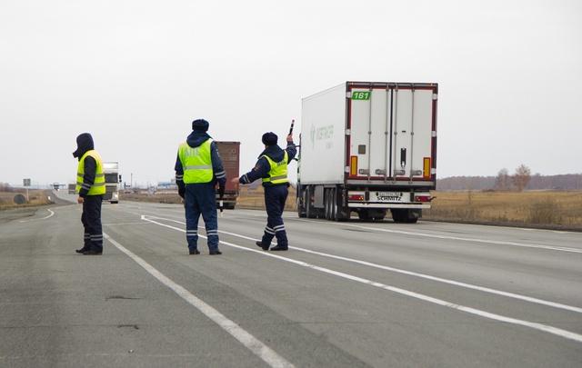 На въездах в Челябинск образовались пробки из-за тщательного досмотра машин