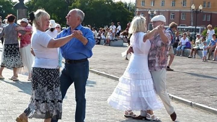 «Танцуйте с нами»: пермские парки приглашают всех желающих на латину, румбу и «Джигу-дрыгу»