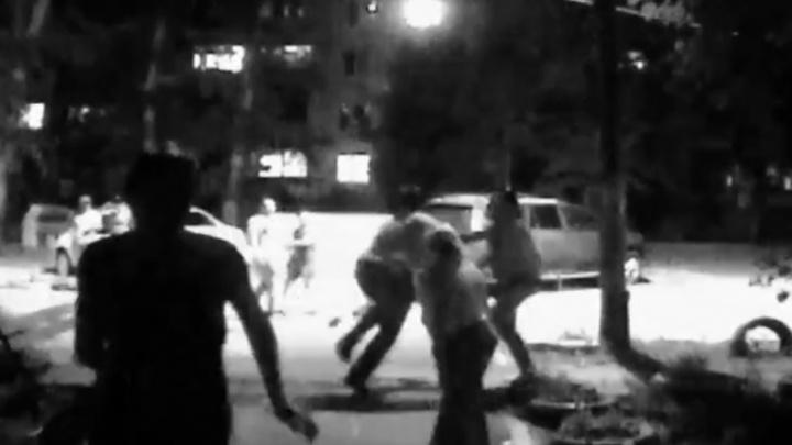 С лопатой наперевес: в Самаре жители дома подрались из-за парковки во дворе