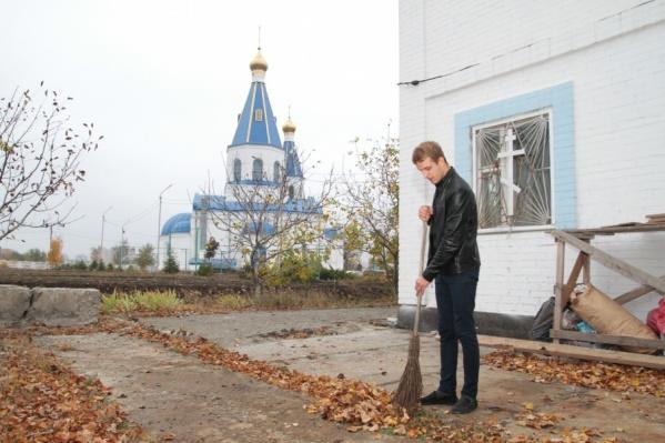 Владимир Горностаев в благодарность за крышу над головой помогает убирать территорию