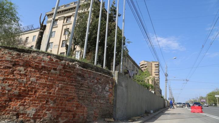 В центре Волгограда укрепляют подпорную стену проспекта Ленина на ЦПКиО
