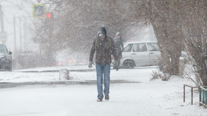 Зима вернулась: за один вечер Челябинск вновь утонул в снегу