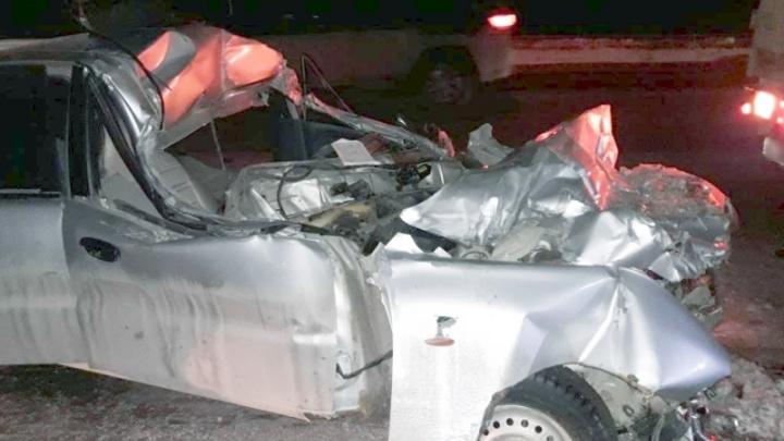 Машина всмятку: в Чапаевске Chevrolet залетела под грузовик