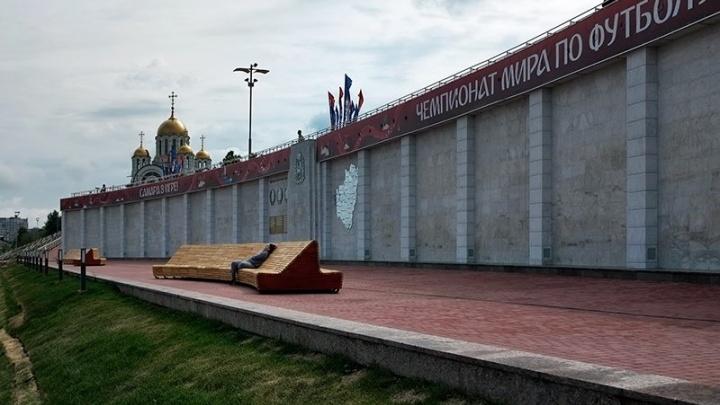 Погуляли — можно и полежать: около стены на площади Славы установили скамейки
