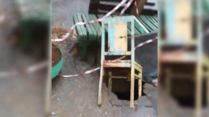 Видео горожан: во дворе на улице Пионерской провалился асфальт