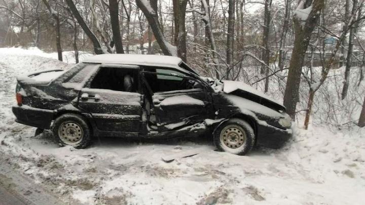 В Самаре водитель «пятнашки» после столкновения с Renault Logan врезался в Land Cruiser