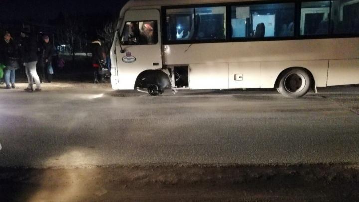 «Это норма!»: на Суворовском у маршрутки прямо на ходу отвалилось колесо