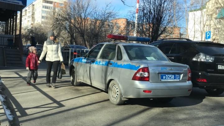 «Я паркуюсь, как...»: патрульный автомобиль ДПС на тротуаре на Немцова и машины, брошенные на газонах