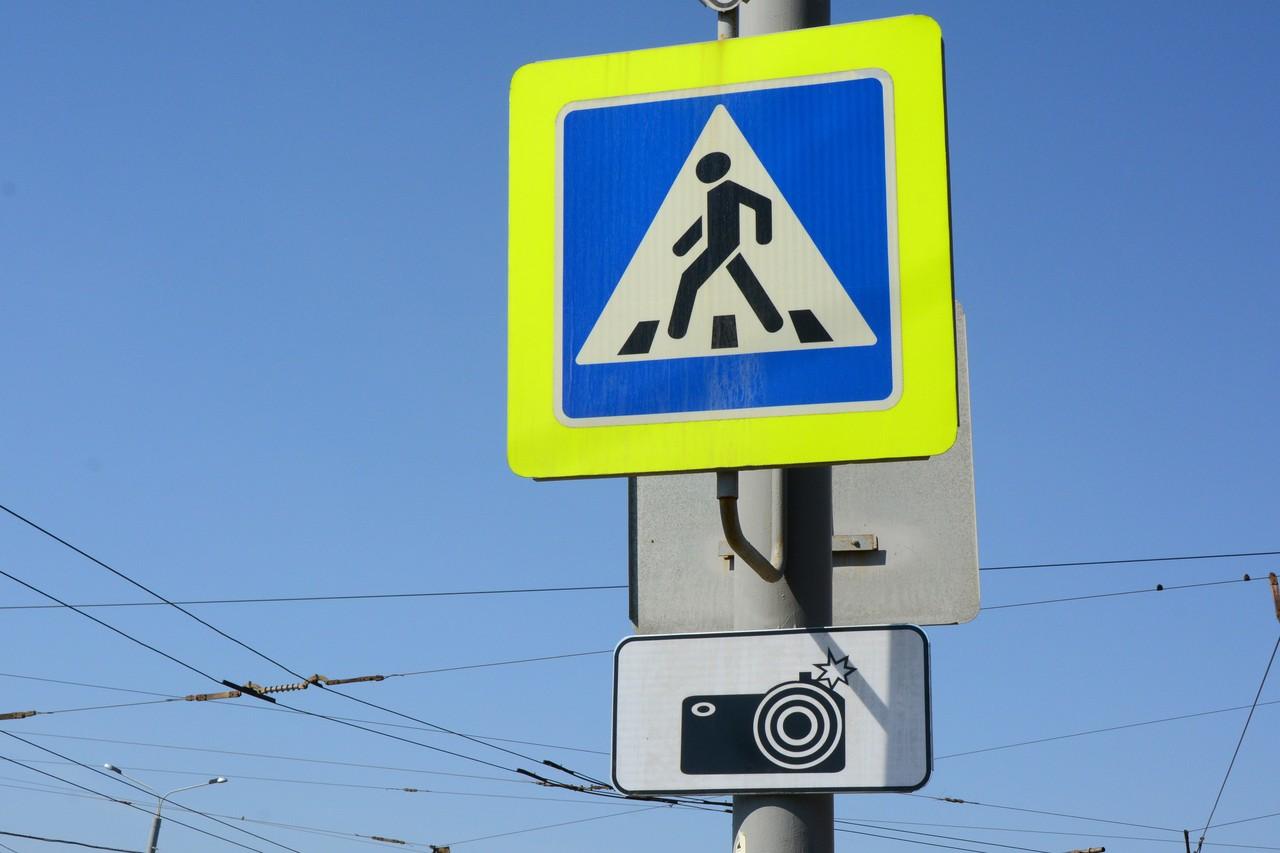 Такая табличка предупреждает о работе камер, но видно ее лишь с близкого расстояния