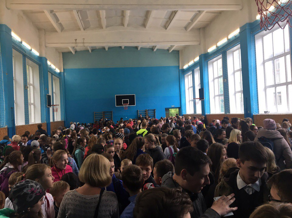 Ученики 127-й школы ждали в спортзале 133-й школы