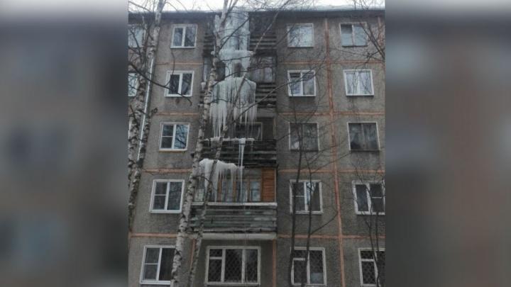 Ледяной монстр: в Ярославле нашли сосульку высотой в четыре этажа