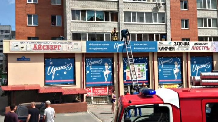 Из окна тюменской многоэтажки выпал полуторагодовалый ребёнок