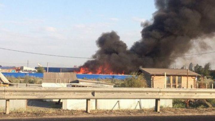 На складе под Ростовом загорелись шпалы