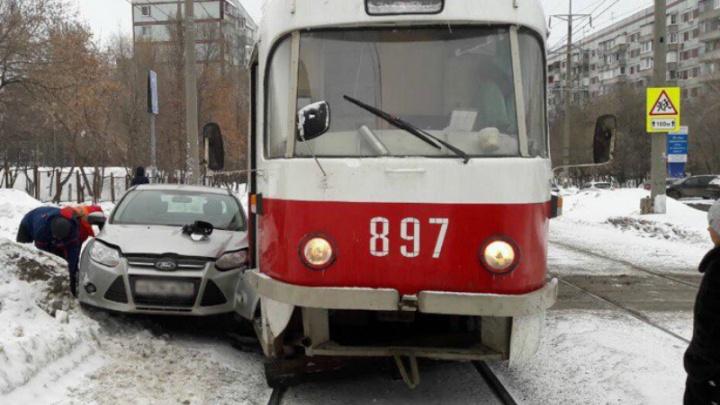 Не смог затормозить: в Самаре на Киевской Ford протаранил трамвай