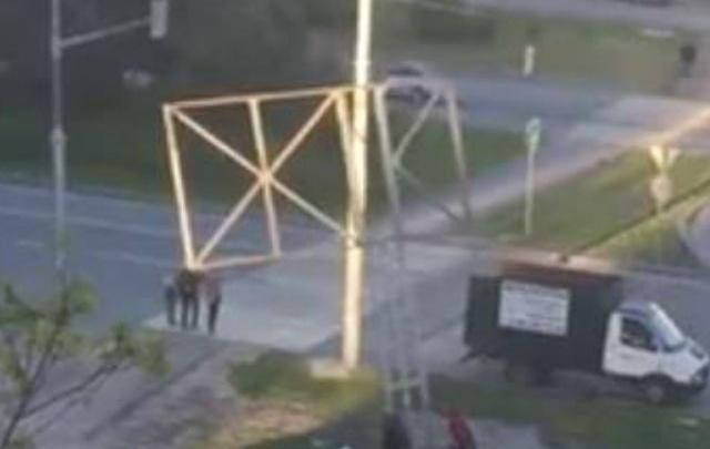 Демонтаж конструкции для рекламного баннера на Северном возмутил ростовчан