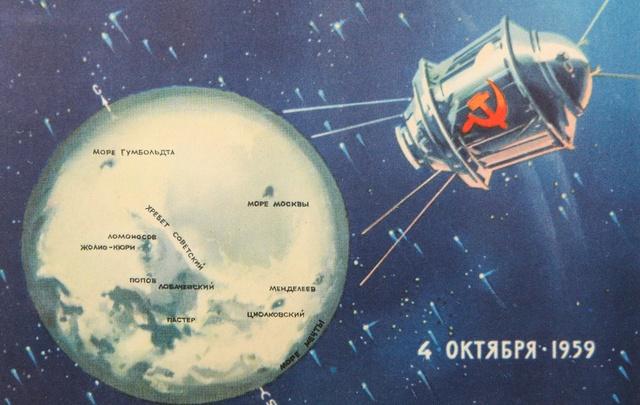 Слава победителям космоса: чем отличались советские открытки от американских