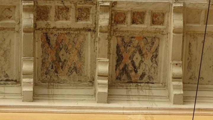 В центре Волгограда сквозь облупившуюся побелку проглянула старинная роспись