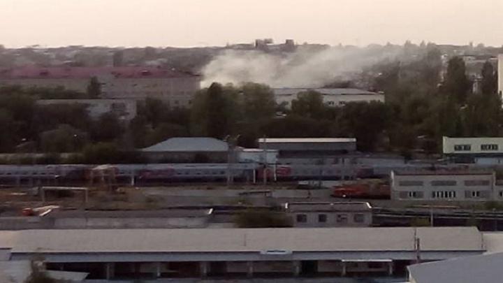 В Ворошиловском районе Волгограда горит территория возле трамвайного кольца