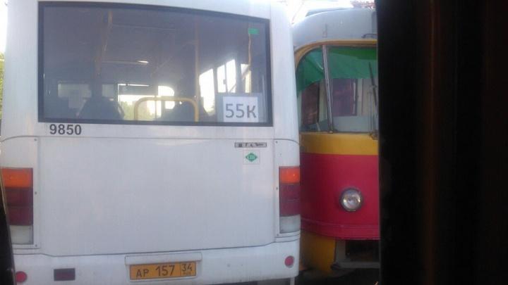 Автобус N55к и трамвай столкнулись в Красноармейском районе Волгограда